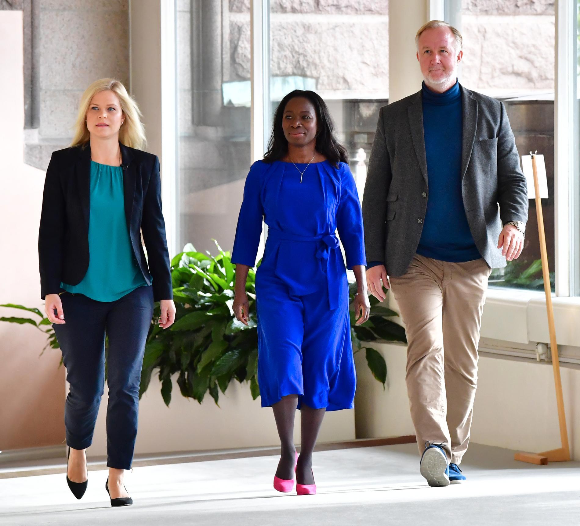 Åklagare Paulina Brandberg tillsammans med Liberalernas partiledare Nyamko Sabuni (L) och rättspolitiske talespersonen Johan Pehrson.