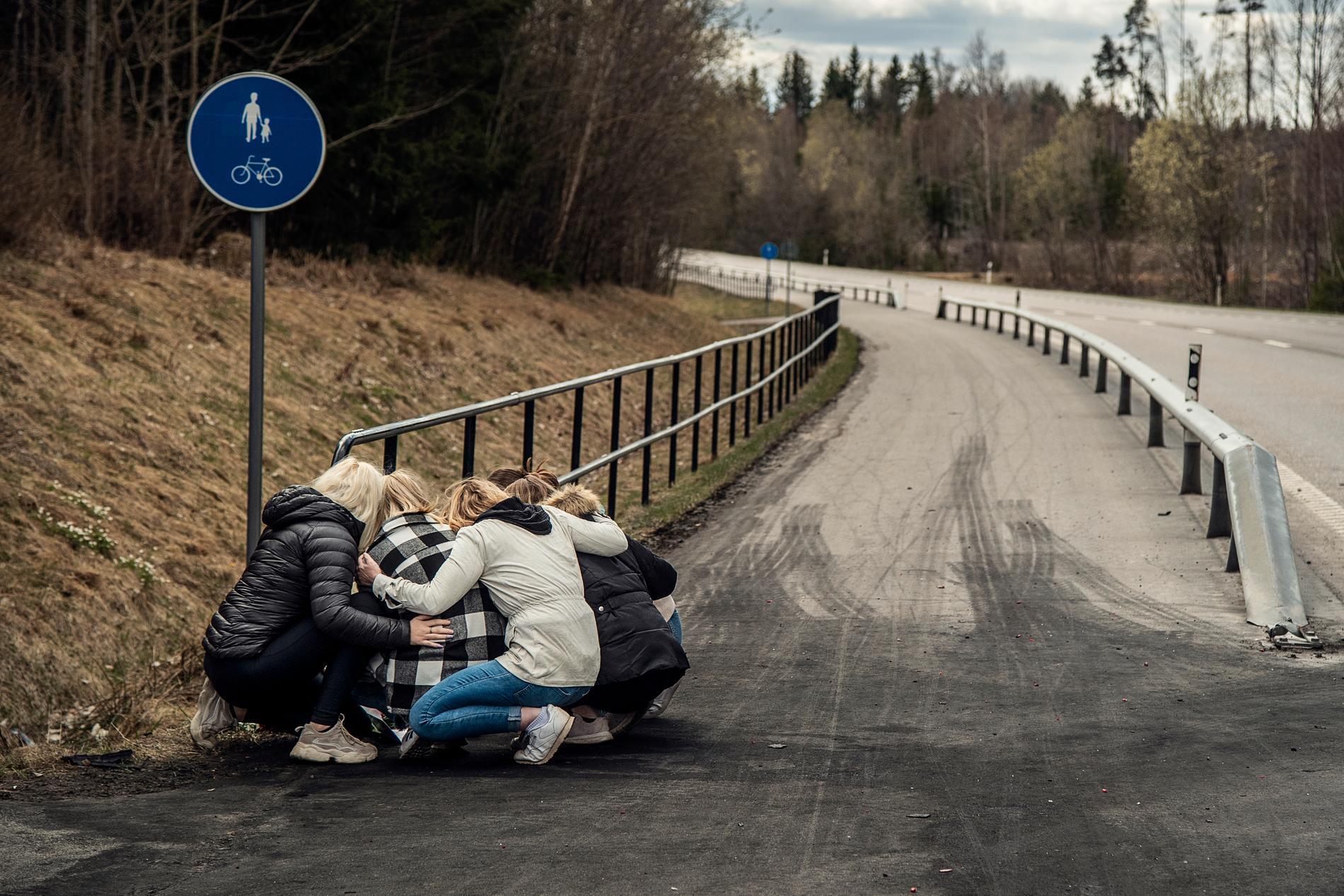 Folk sörjer på olycksplatsen den 25 april 2021. En förare på väg 243 mellan Degerfors och Karlskoga gjorde en omkörning i hög hastighet i höjd med Lervik. Då frontalkolliderade han med en bil där tre personer färdades. Två av dem dog och den tredje kämpar för sitt liv. Mannen i den omkörande bilen omkom.