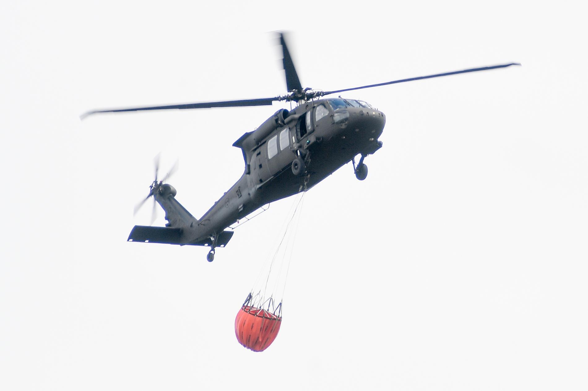 Räddningstjänsten i Västernorrland får hjälp av två helikoptrar i släckningsarbetet även under torsdagen. Helikoptern på bilden är från en annan insats. Arkivbild.