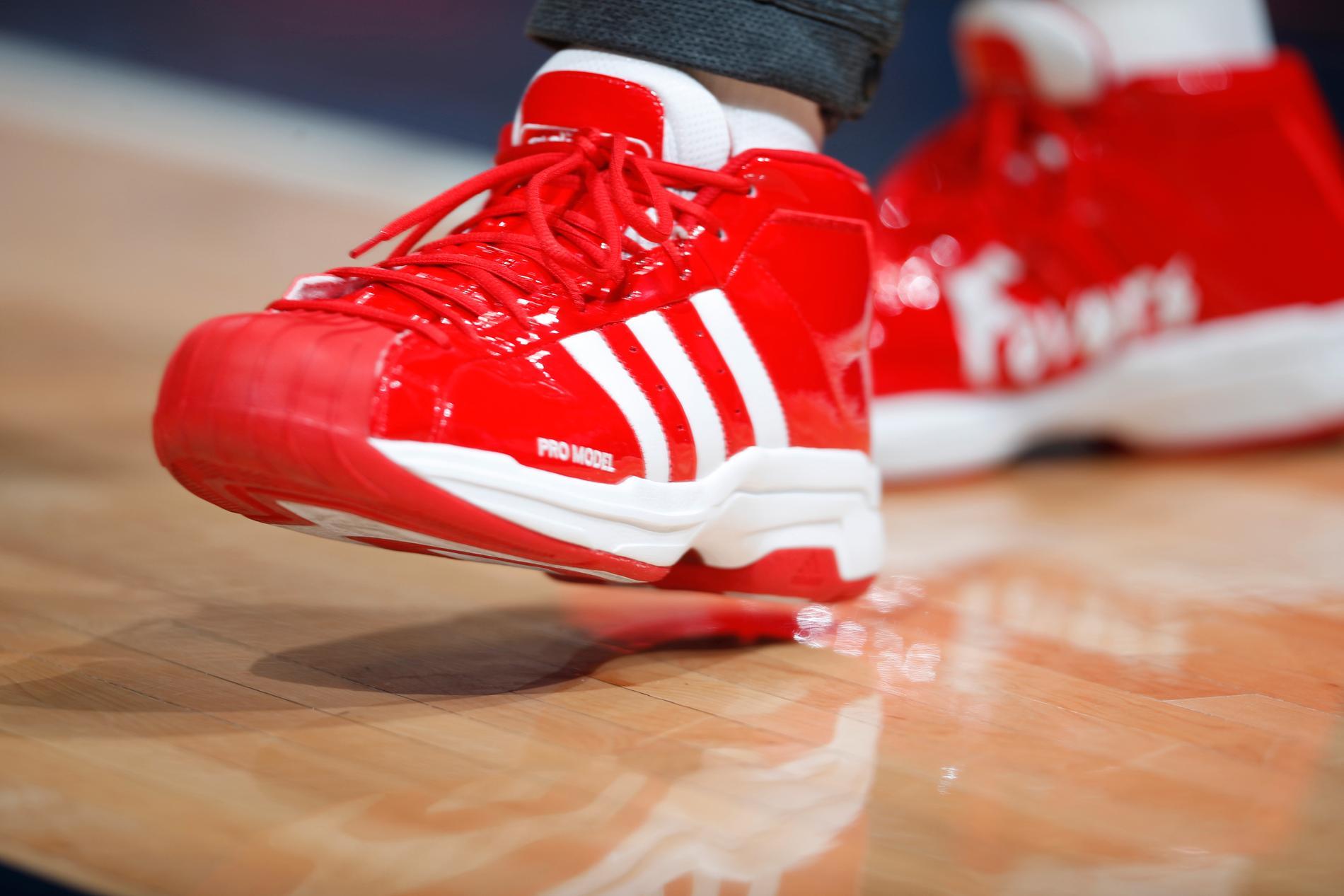 Ett par Adidas-skor i samband med en basketmatch i NBA-ligan. Arkivbild.