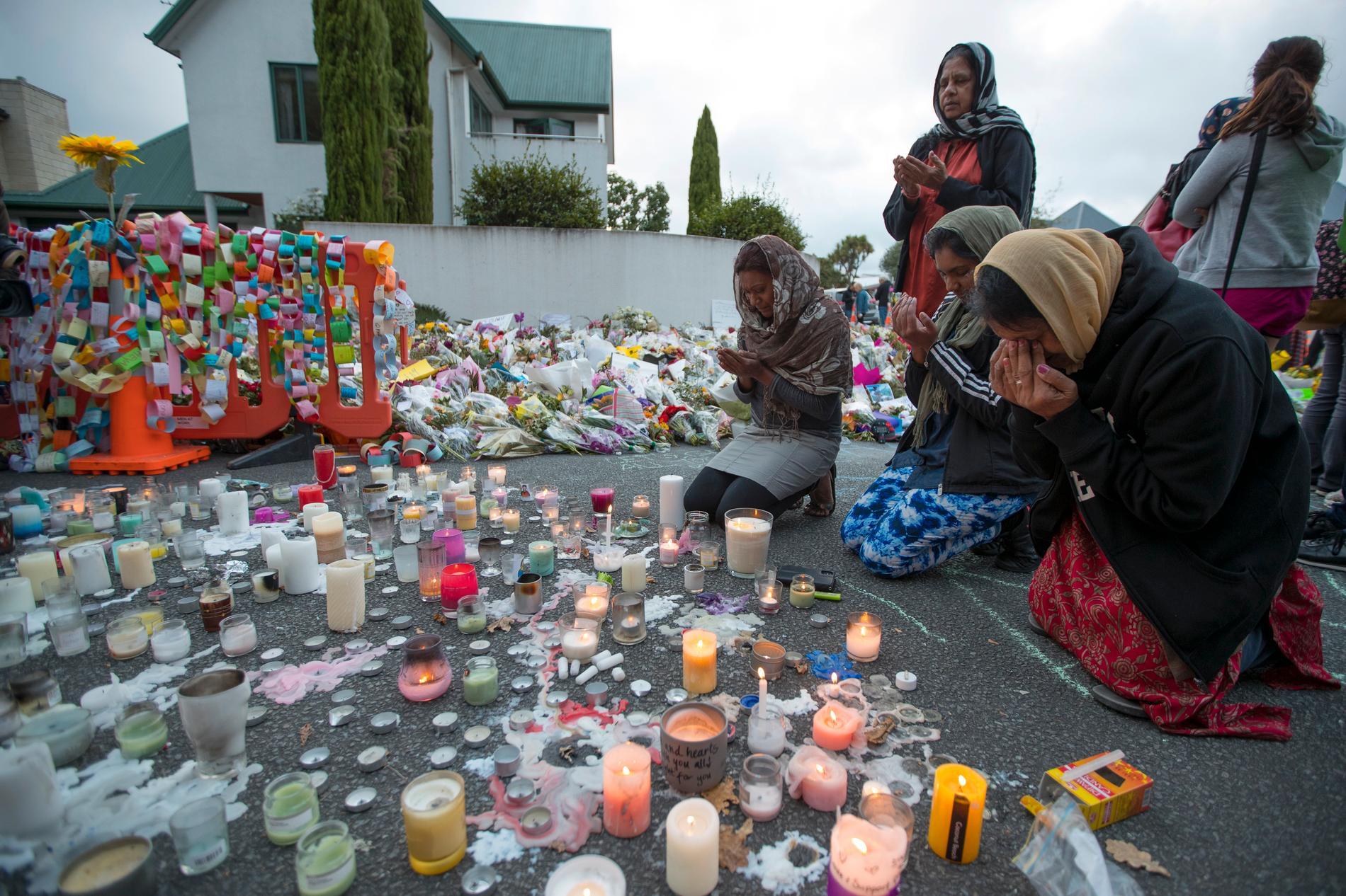 Sörjande utanför Al Noor-moskén i Christchurch.