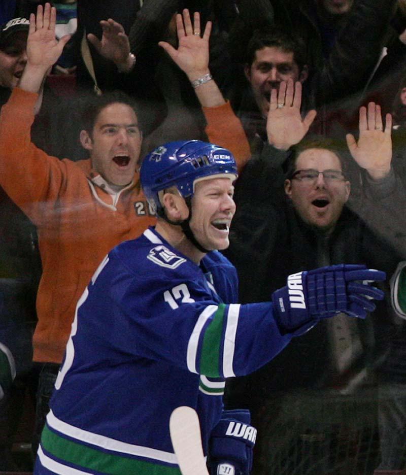 Populär Mats Sundin i Vancouvers tröja. Nu ska 50 svenskar få se honom spela på plats i Kanada.