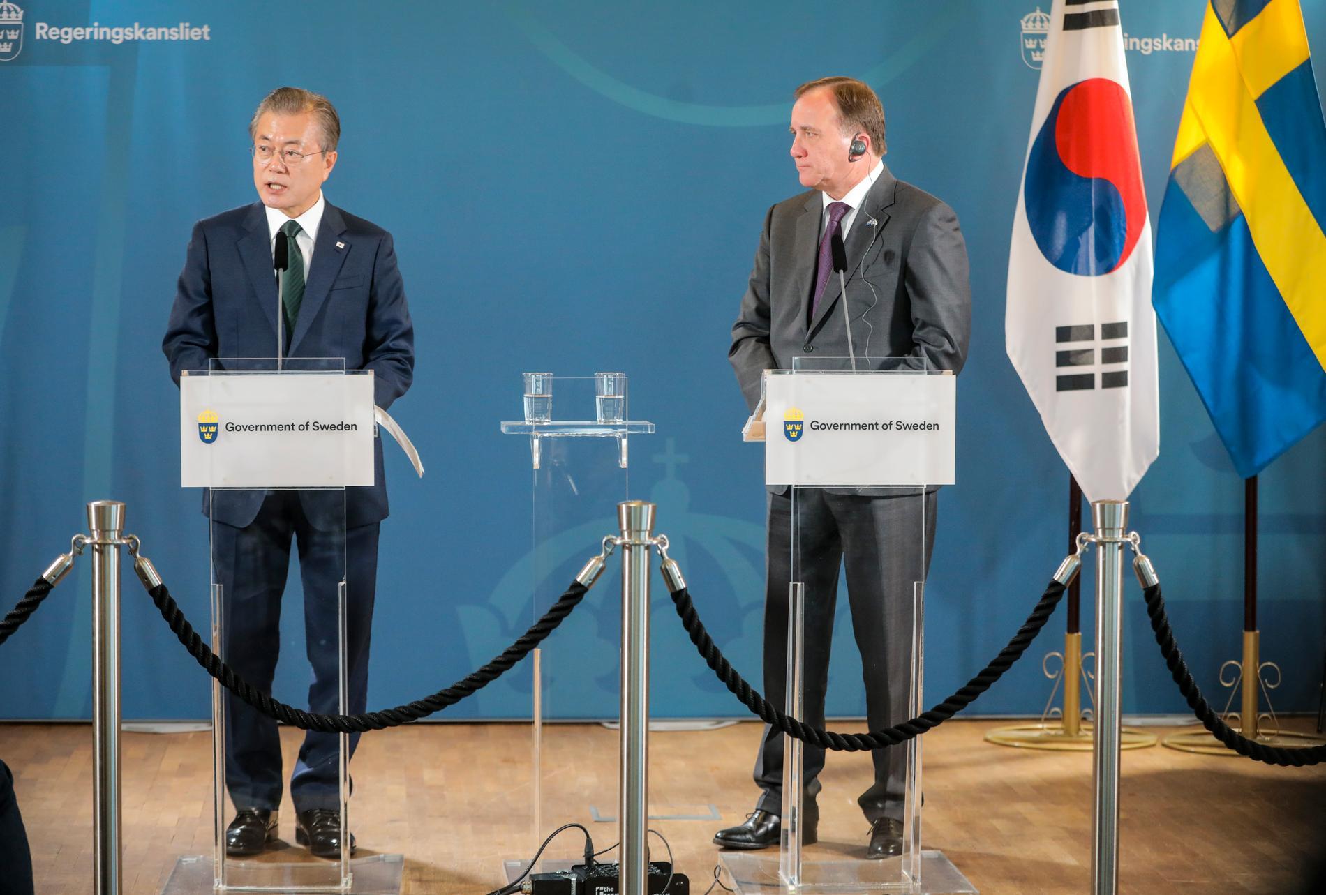 Sydkoreas president Moon Jae-in och statsminister Stefan Löfven (S) i somras. Arkivbild.