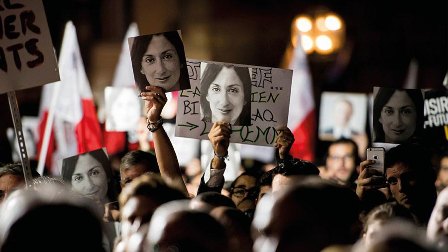 Journalisten Daphne Caruana Galizia i Malta mördades av en bilbomb 2017. Före attentatet anmäldes journalisten för förtal i 19 olika fall av en rik affärsman som hon granskat. Anmälningarna är ett tydligt exempel på en metod för att tysta journalister, skriver debattörerna. På bilden protester i Valetta 2019 med anledning av mordet.