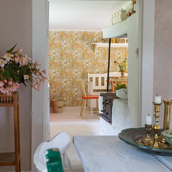 I köket sitter en under - bar handtryckt William Morris-tapet från sekelskiftet.