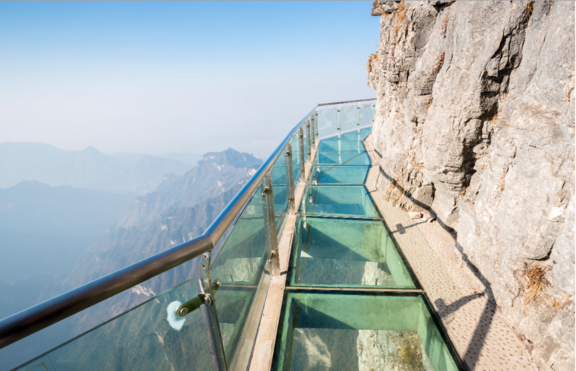 Broar och gångvägar av glas är populärt i Kina.