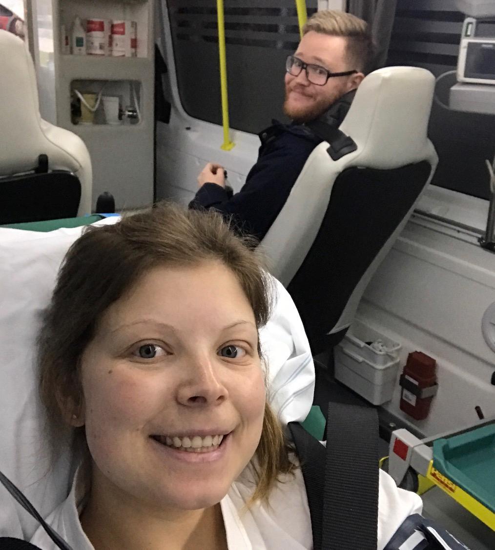 Jonas och Emilie i ambulansen.