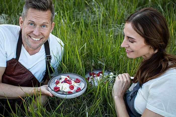 SOMMARGOTT. Både Cecilia och Mattias uppskattar sommarens speciella råvaror med de första späda primörerna och senare alla nyplockade grönsaker. Särskilt lycklig blir Cecilia när hon kommer över färska bär och frukter. – Hallon och jordgubbar är sommarsmaker för mig, säger hon.