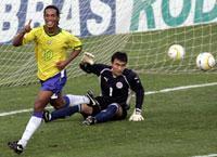 MÅLSKYTT Två gånger om – här är Ronaldinho efter första straffmålet.