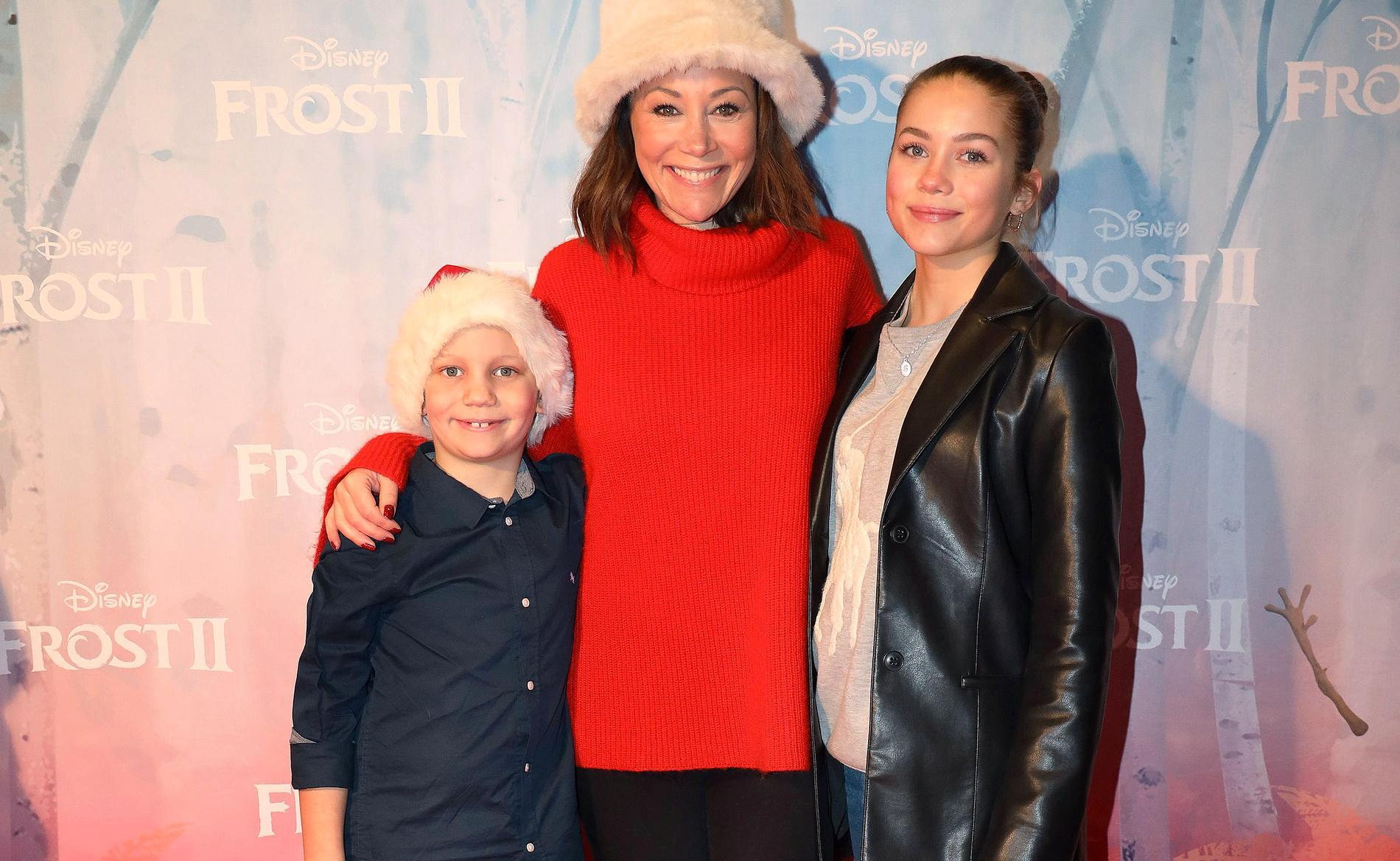 """Tilde de Paula tillsammans med barnen Ilyah och Naemi på Galapremiären av """"Frost 2"""" på biograf Rigoletto i Stockholm."""