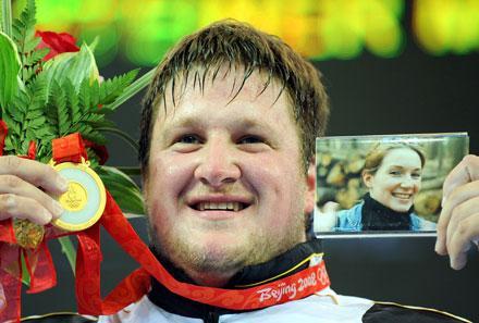 Matthias Steiner med ett foto av sin bortgångna hustru Susann efter OS-guldet i tyngdlyftning.
