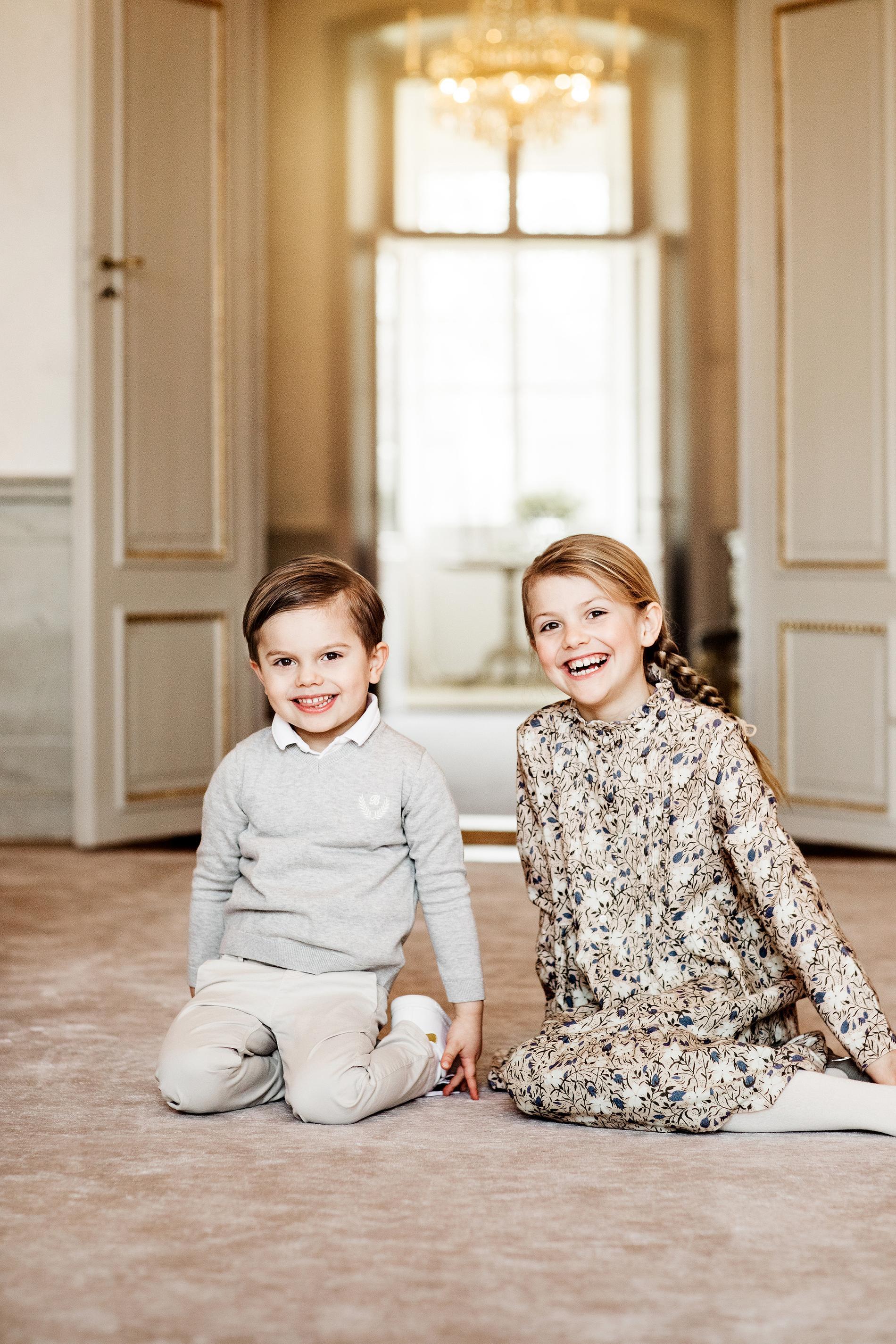 Prinsessan Estelle tillsammans med lillebror Prins Oscar på prinsessans åttaårsdag.