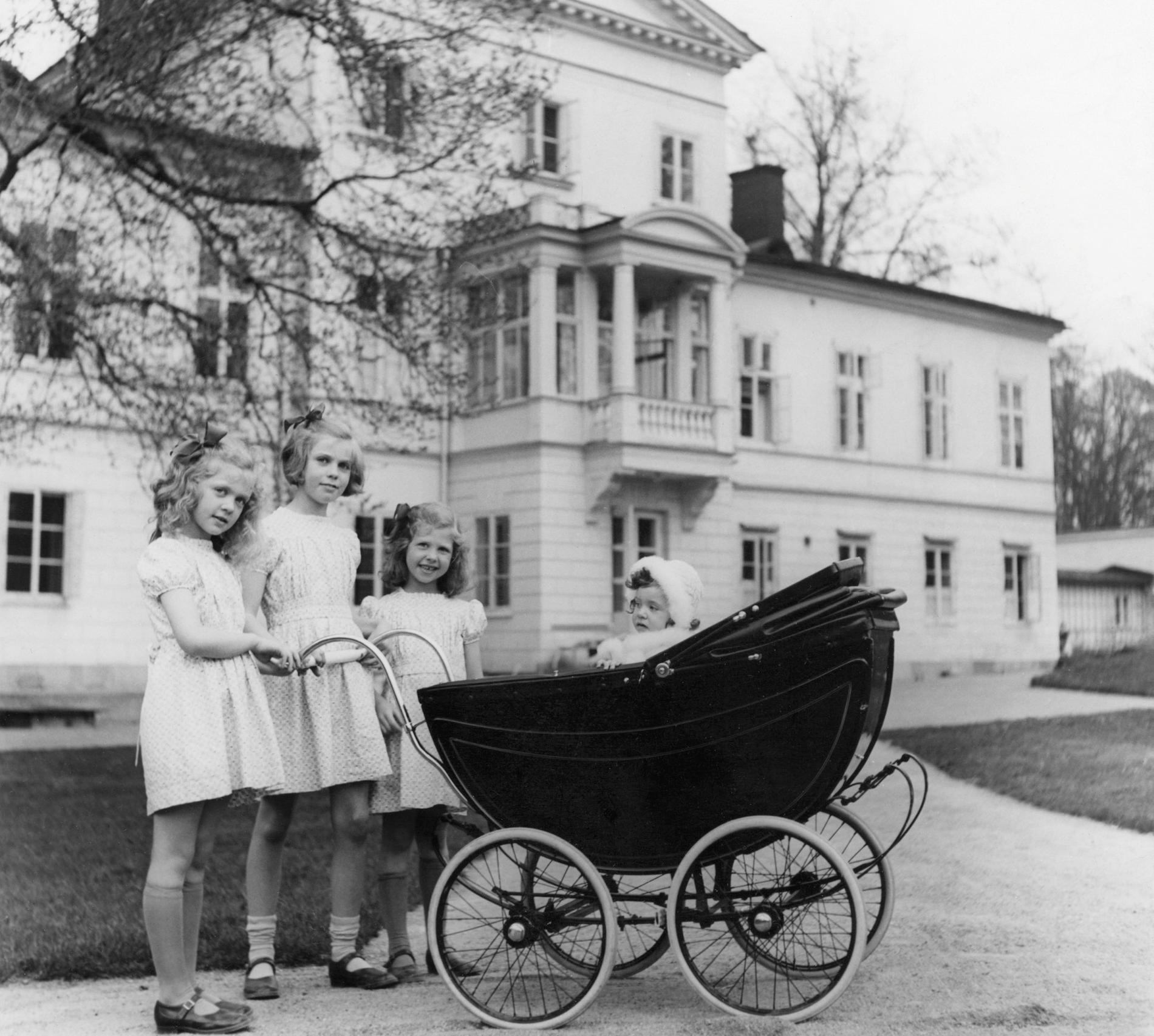 Hagasessorna med kungen i barnvagnen.
