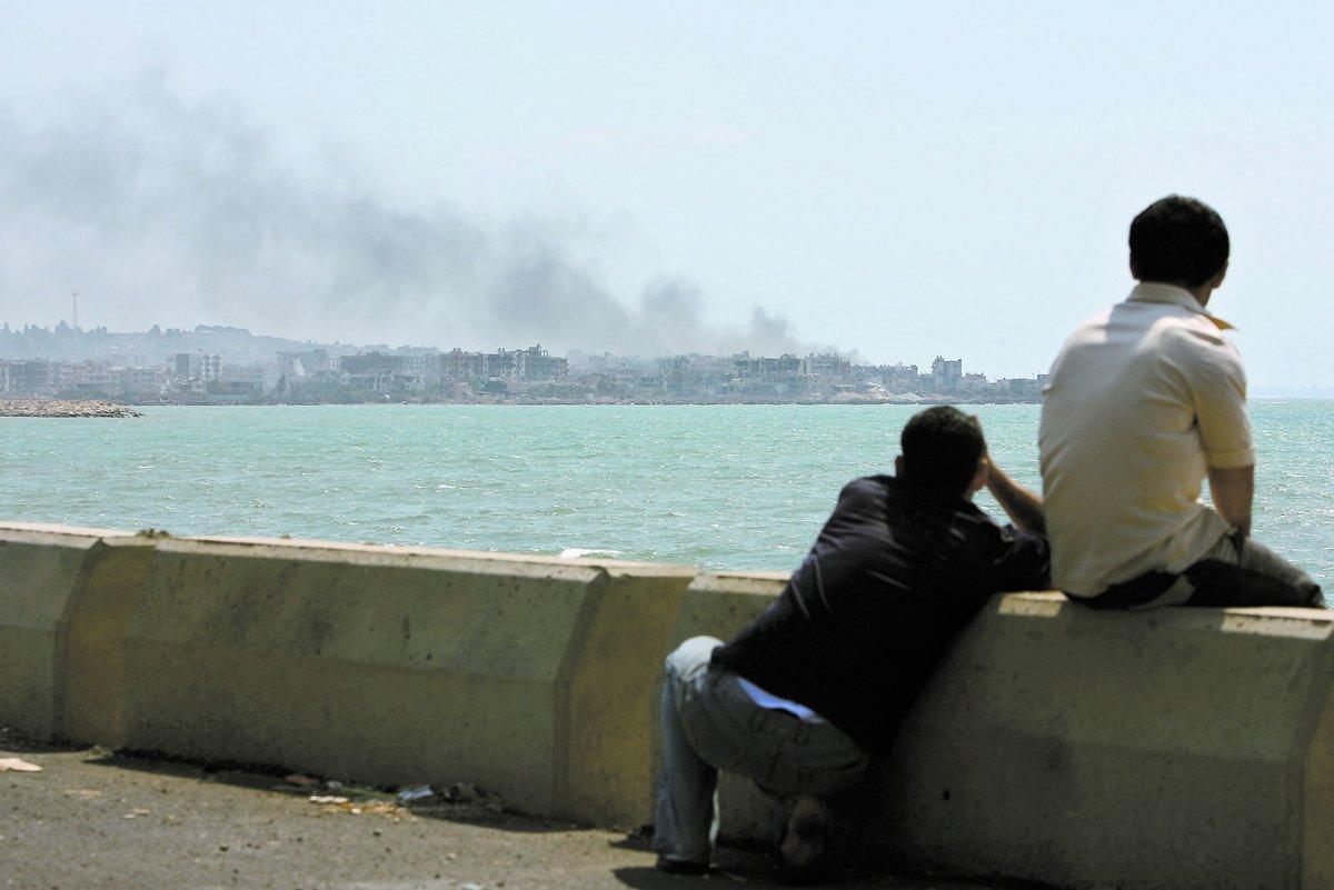 UNDERGÅNGEN Två pojkar betraktar förödelsen i Libanon – ett sargat och sönderslitet land efter årtionden av inbördes strider.