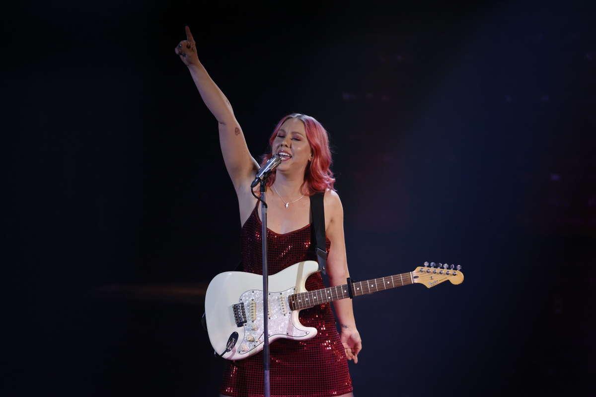 Clara Klingenström på scenen.
