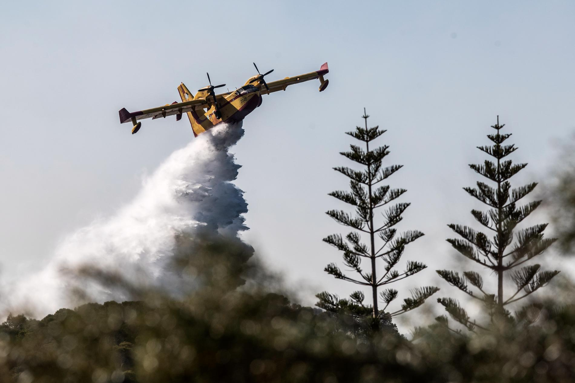 Flygplan vattenbombar skogsbränder i Grekland.