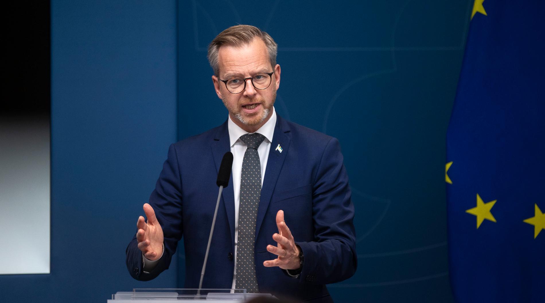 Inrikesminister Mikael Damberg sa sig vara stolt över polisens prestation som lett till att 155 personer har gripits det senaste dygnet.