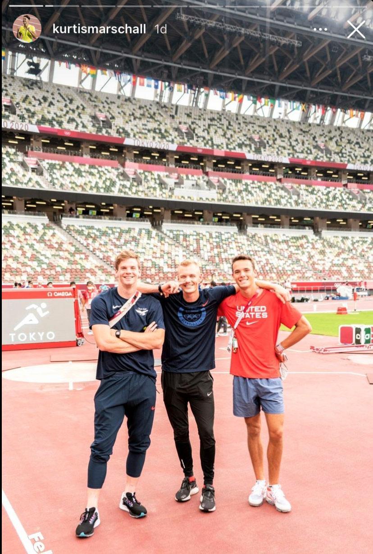 Kurtis Marschall fotar Sam Kendrick med landsmännen Chris Nilsen och KC Lightfoot under ett träningspass på onsdagen