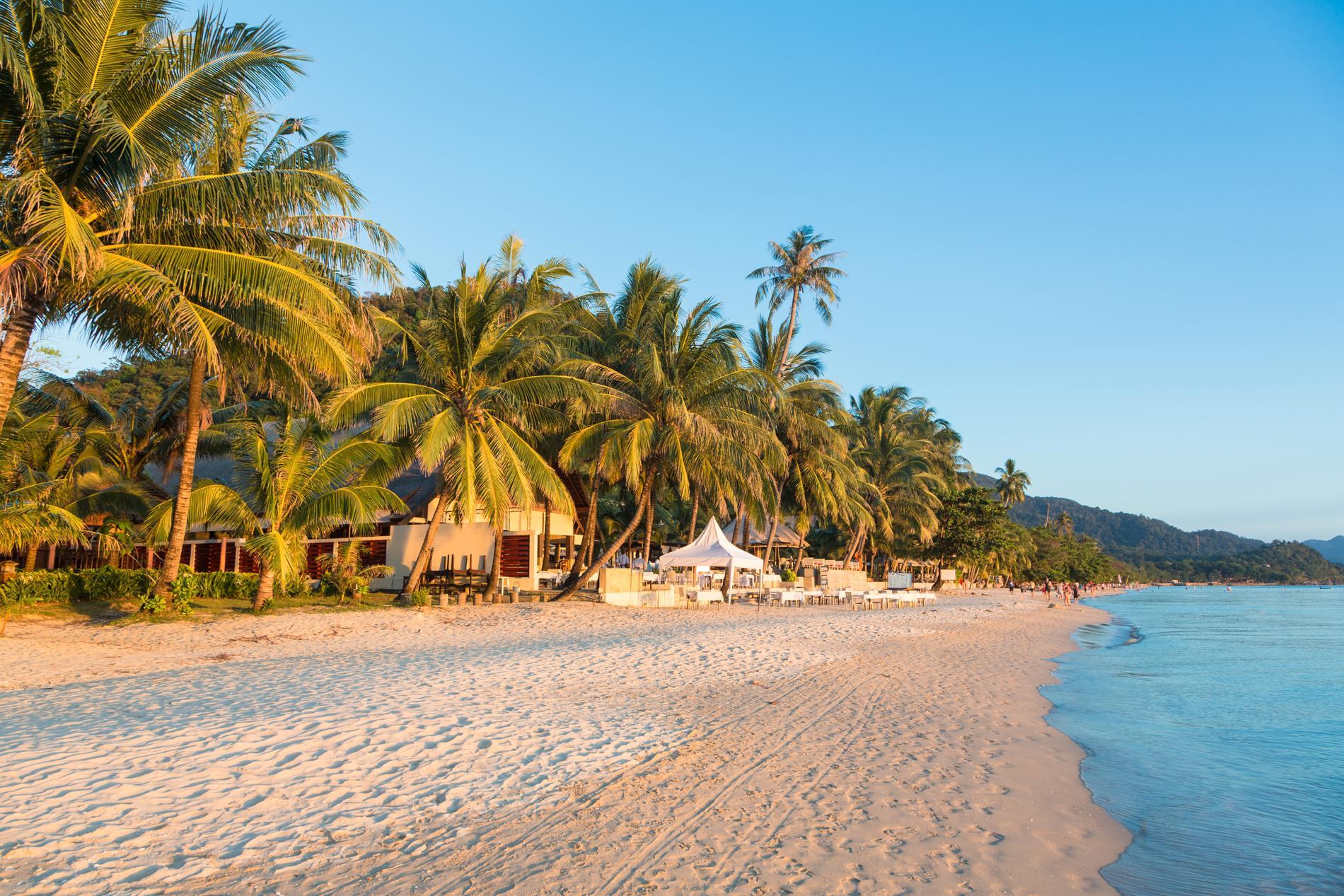 White sand beachsom är den första största stora stranden du kommer till när man åker från färjeläget.