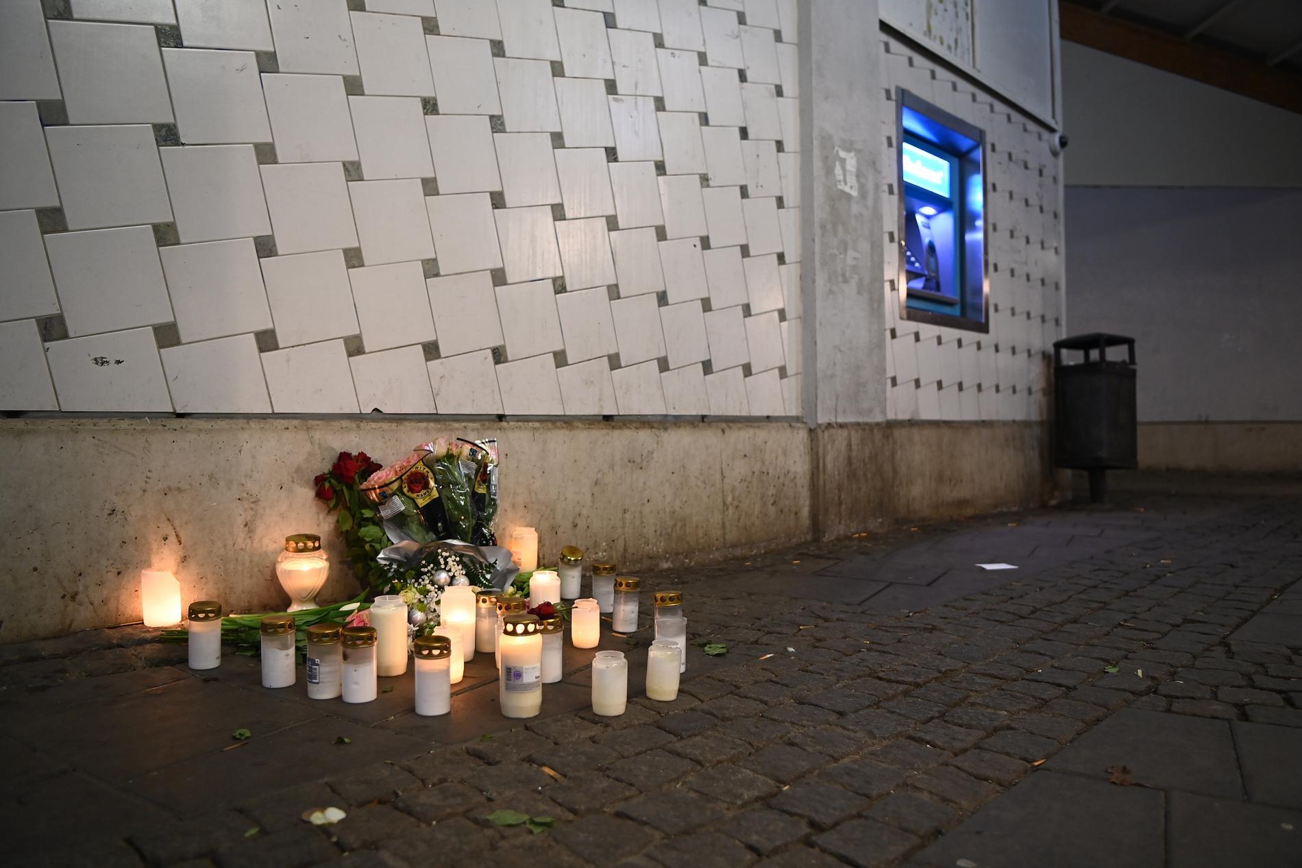 Blommor och ljus har placerats vid den bankomat där Joakim höggs ihjäl.