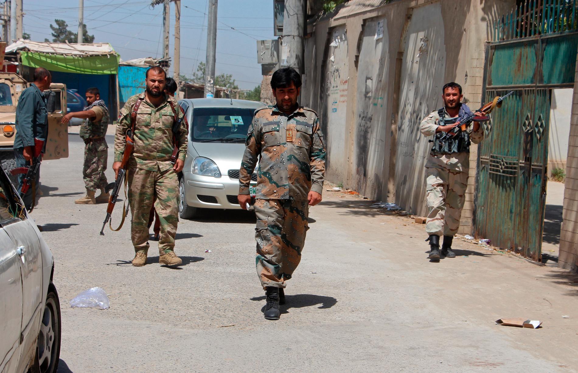 Afghanska soldater patrullerar i staden Kunduz, i samband med stridigheter mellan talibanerna och afghanska säkerhetsstyrkor. Bild från i juni.