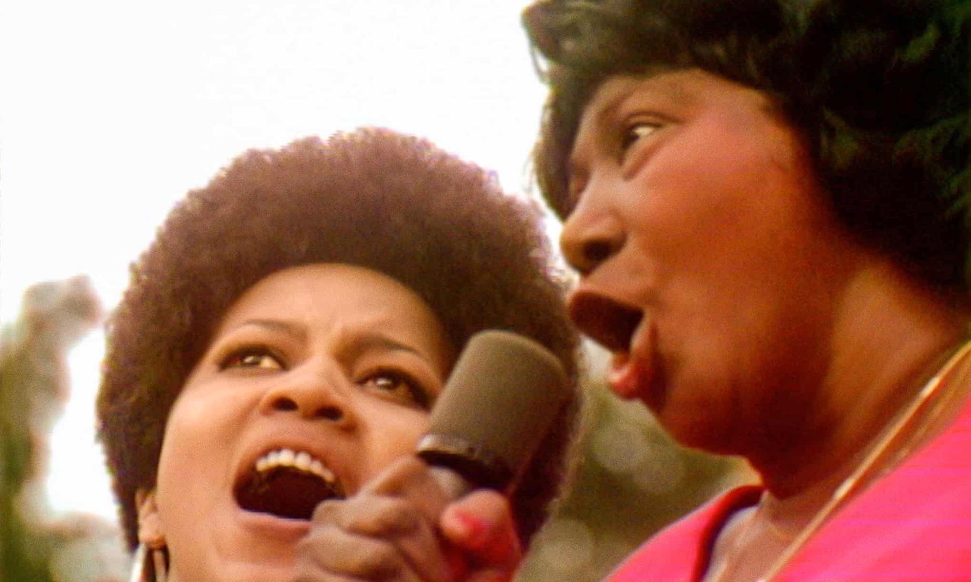 """Mavis Staples sjunger """"Take my hand, precious Lord"""" ihop med sin idol Mahalia Jackson på Harlem Cultural Festival sommaren 1969."""