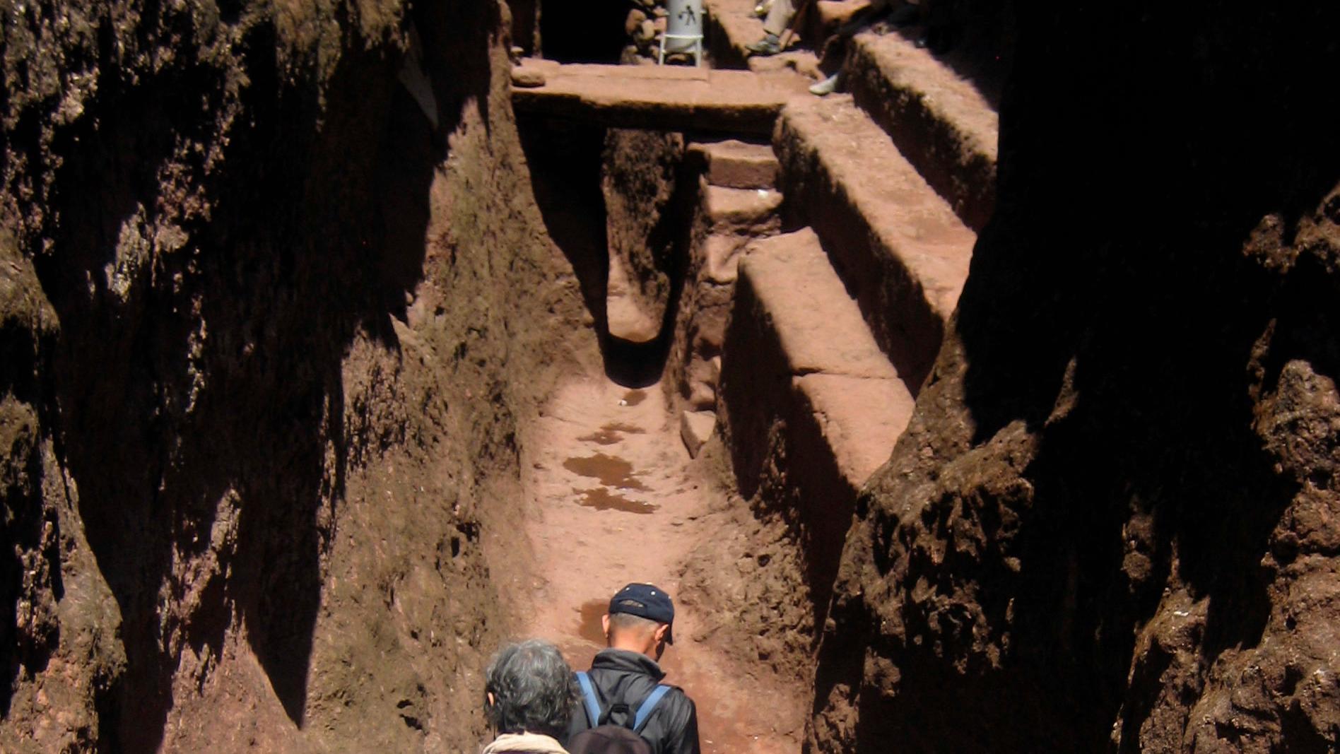 Turister tar sig fram i gångarna som binder samman klippkyrkorna i Lalibela. Arkivbild