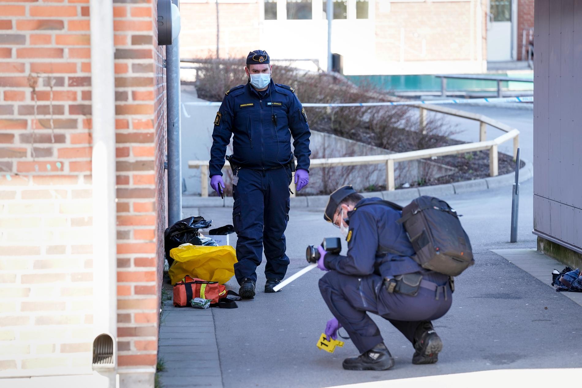 Polisen vid skolan.
