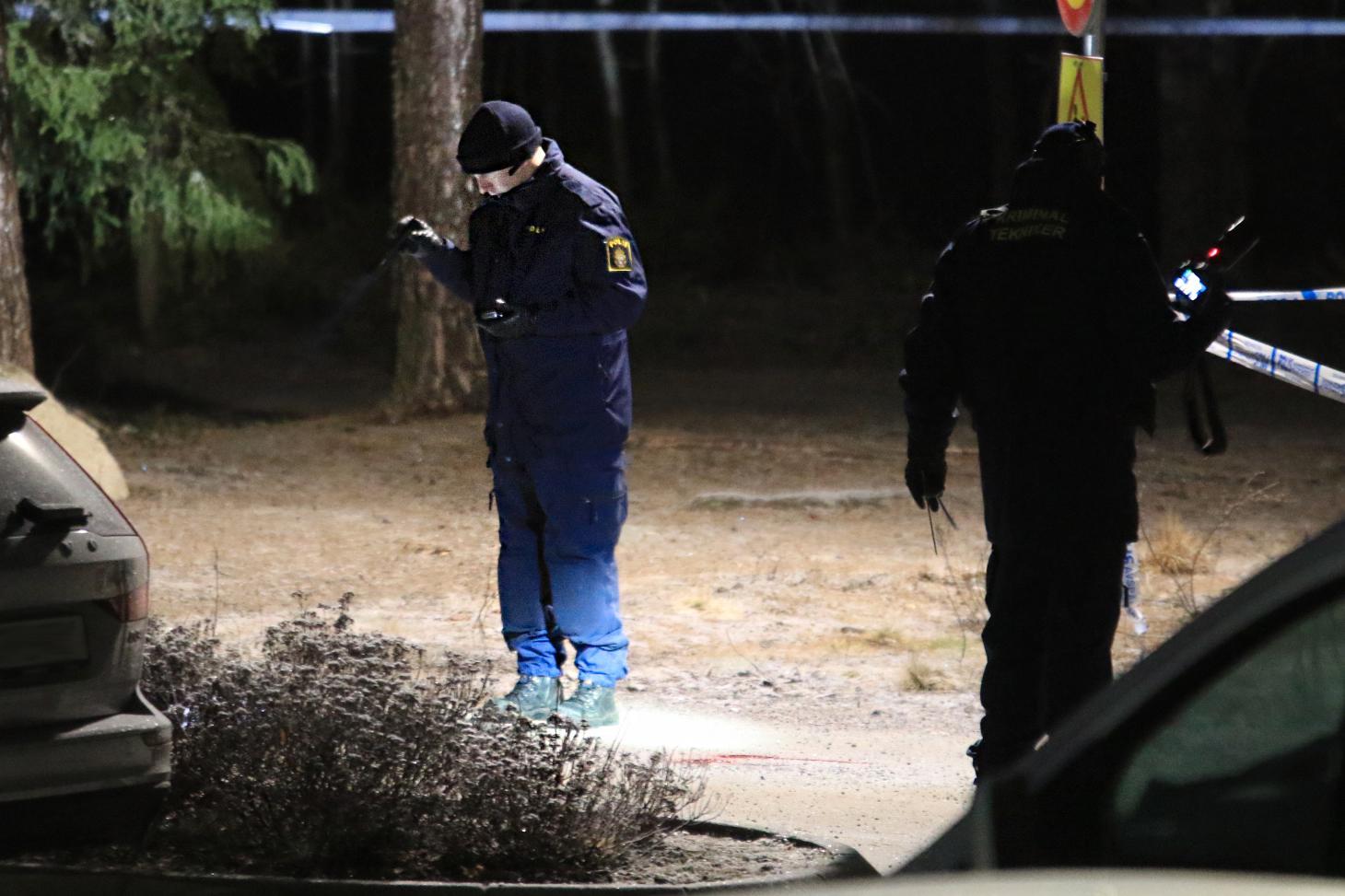 Polisen söker efter spår i Björklinge efter mordet på Carl.