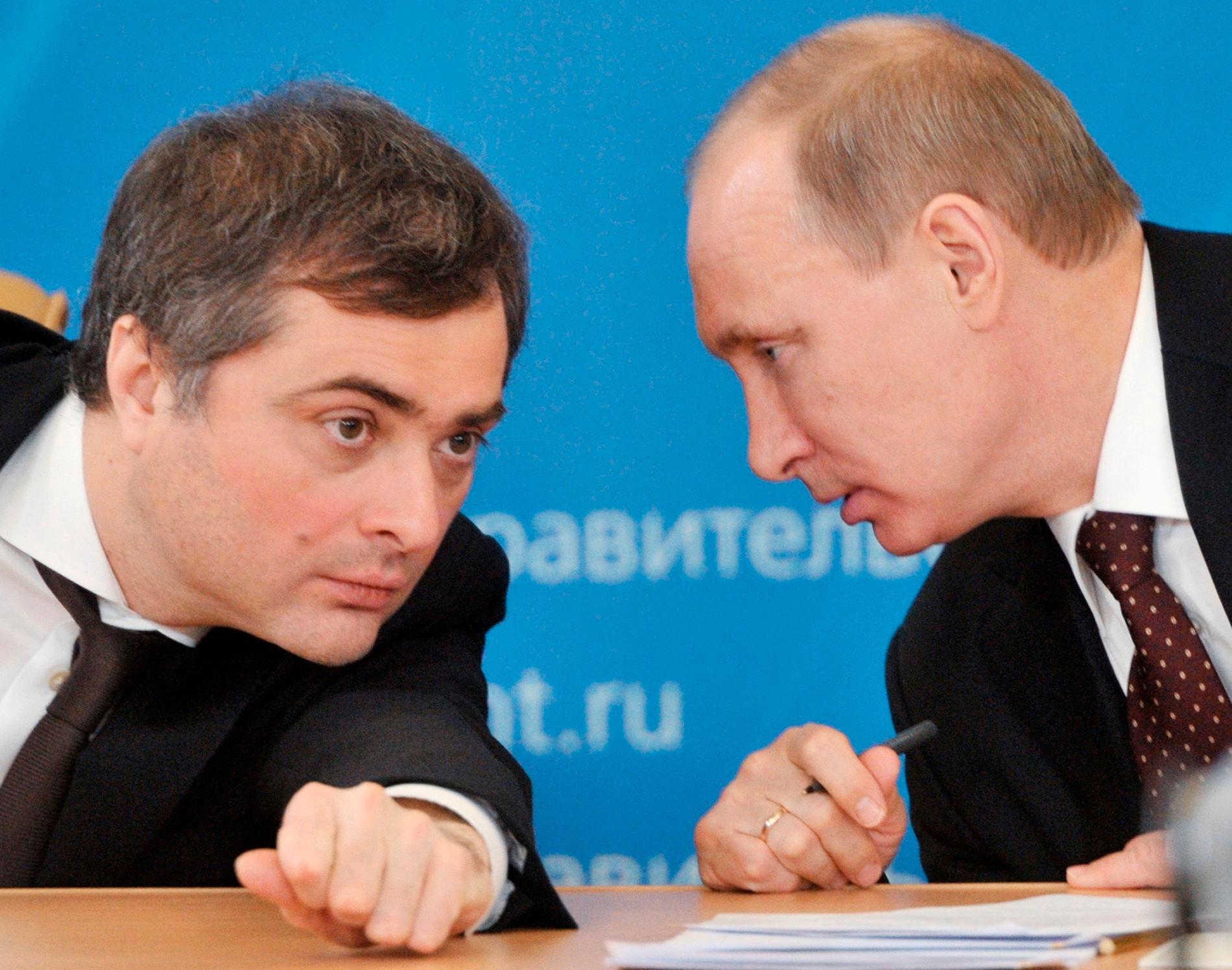 Rådgivaren Vladislav Surkov, här tillsammans med president Vladimir Putin 2012, har fått sparken.