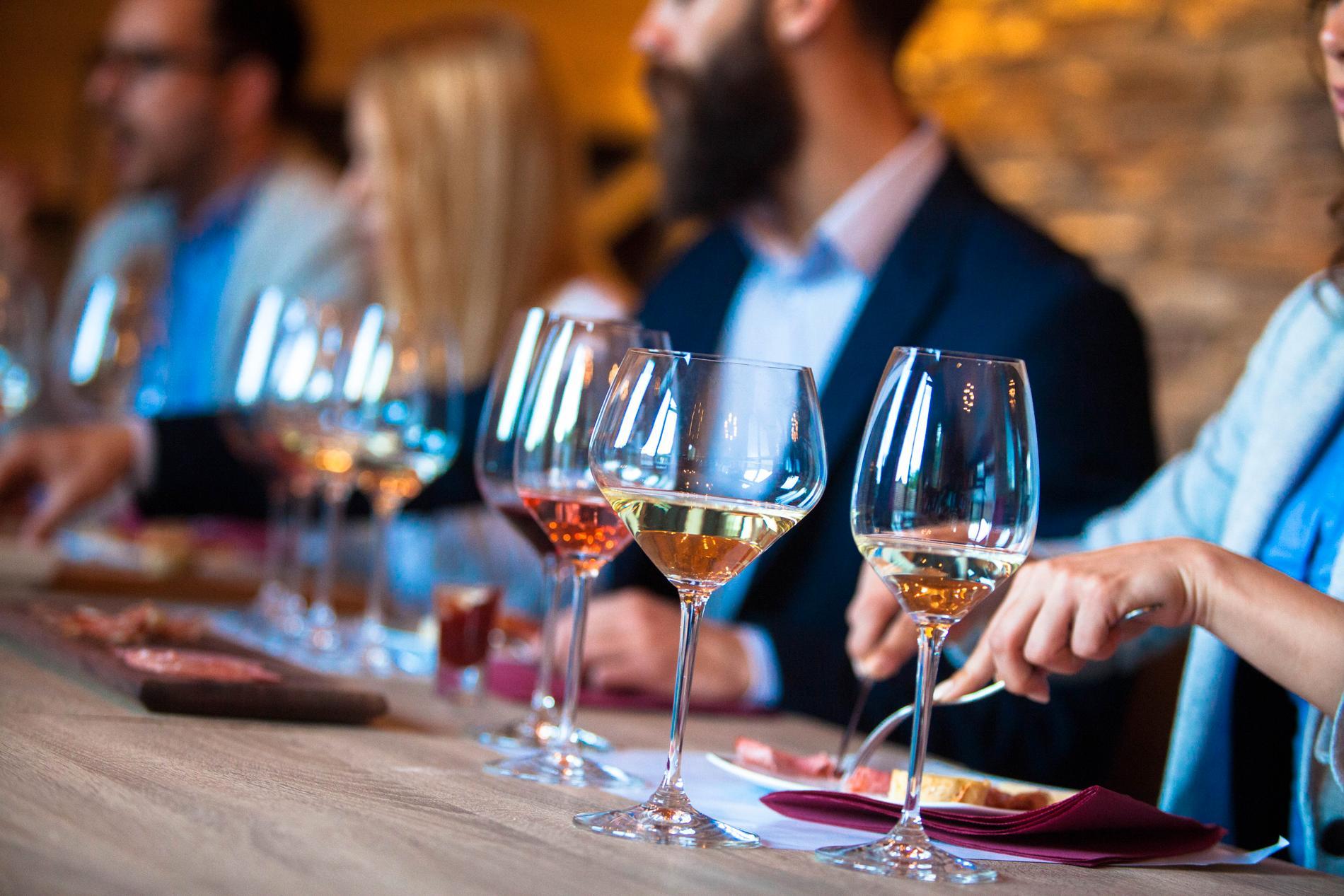 Ofta kombineras mat och dryck under vinprovningar.