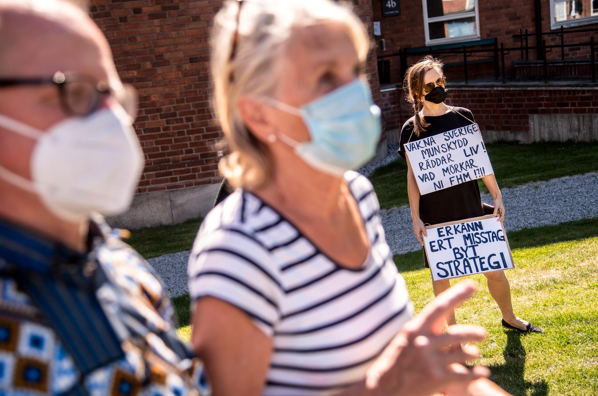 Vid dagens presskonferens med Anders Tegnell ställde demonstranter krav på en mer utbredd användning av munskydd i Sverige.