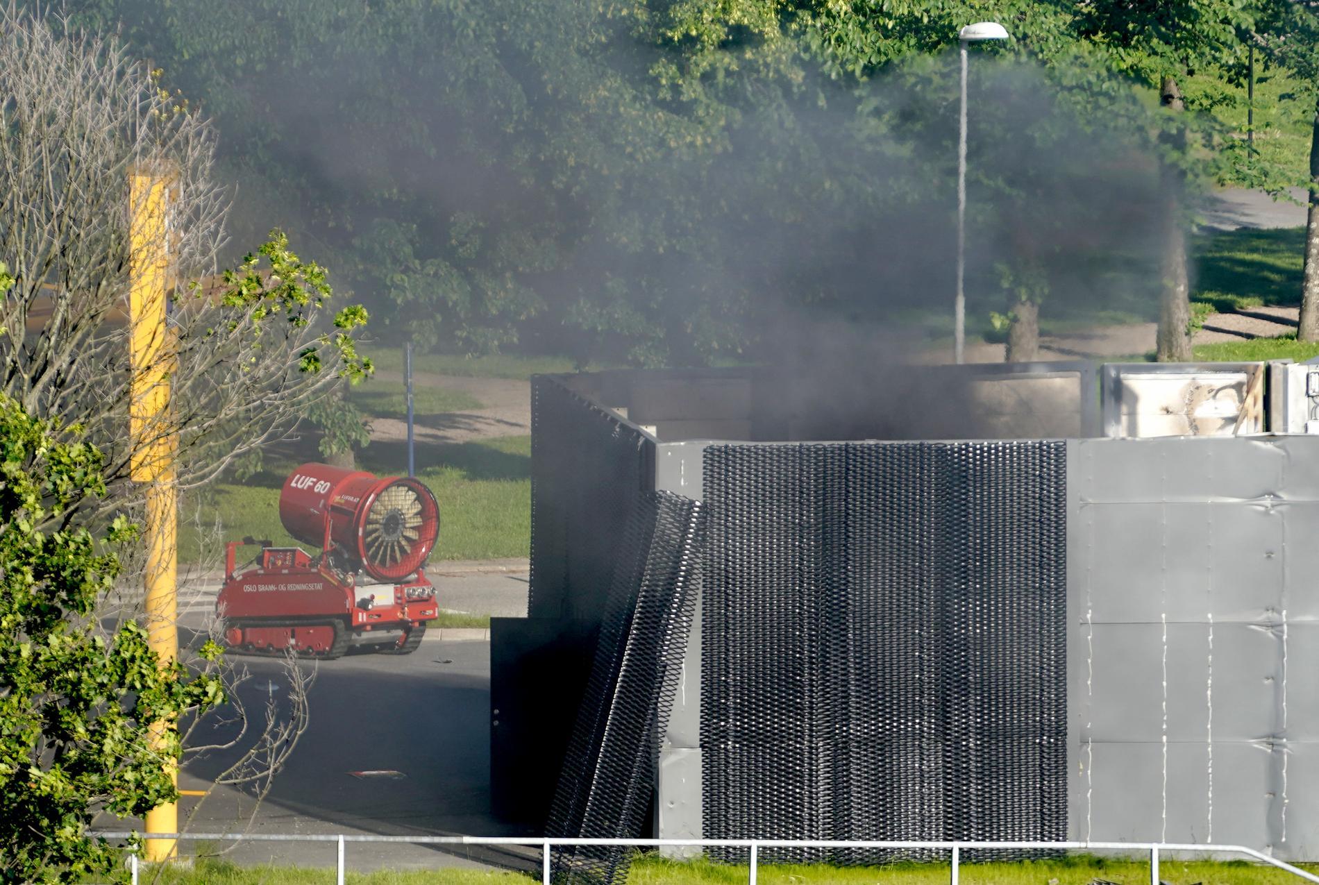 Ett fjärrstyrt brandbekämpningsfordon i aktion vid explosionsplatsen på måndagskvällen.