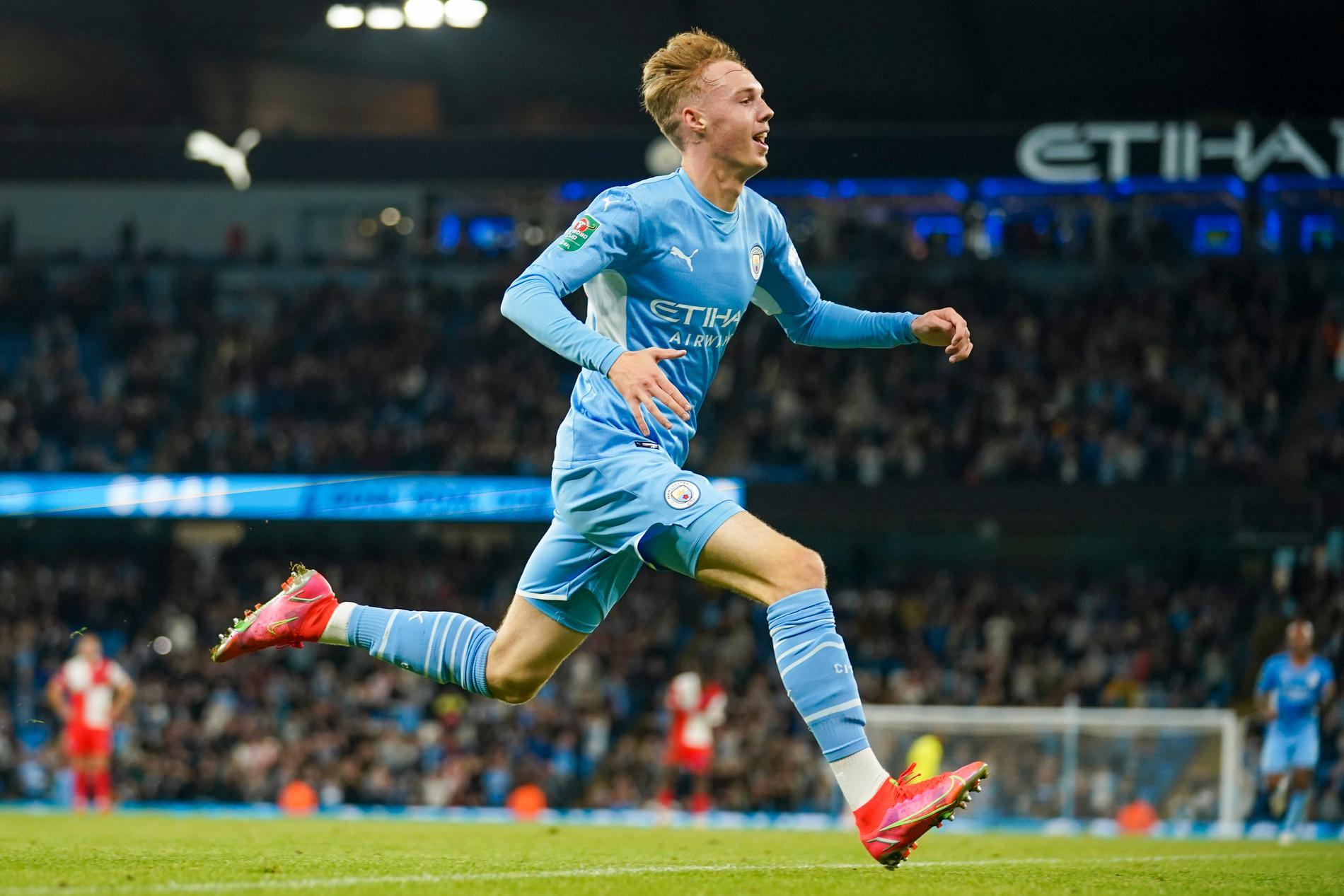Manchester Citys talang Cole Palmer firar sitt mål mot Wycombe i ligacupen.