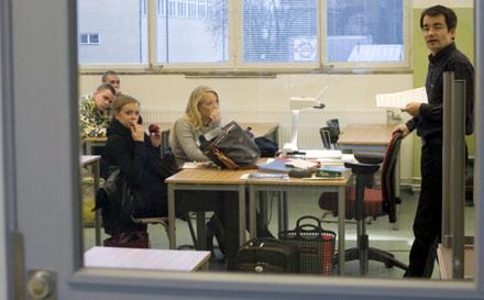 På Bromma gymnasium sitter övervakningskameror och klassrummen har fått säkrare lås. Men man har avstått från att installera metalldetektorer.