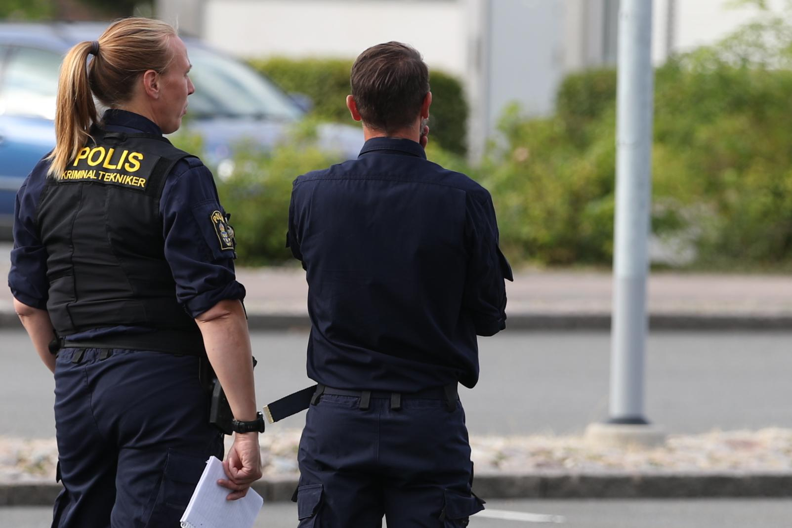 Två män och en kvinna har förts till sjukhus med förmodade skottskador.