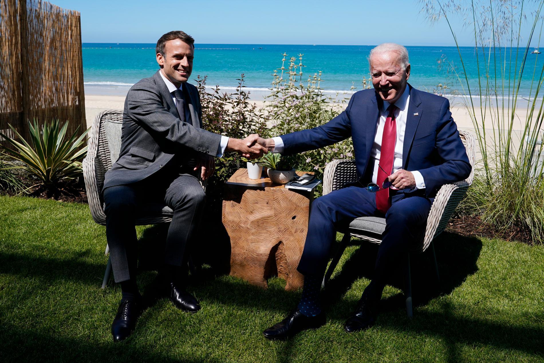 Frankrikes Emmanuel Macron och USA:s Joe Biden när presidenterna träffades vid G7-mötet i England i juni.
