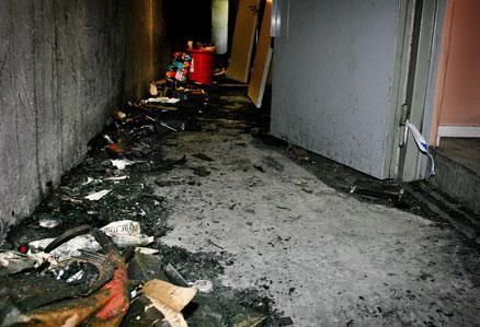 """Lever i skräck De boende på Porlabacken i Hagsätra lever i skräck. En pyroman har vid sju tillfällen anlagt bränder i området. """"Man väntar bara på nästa brand"""", säger hyresgästen Johan Arkhed, 24."""