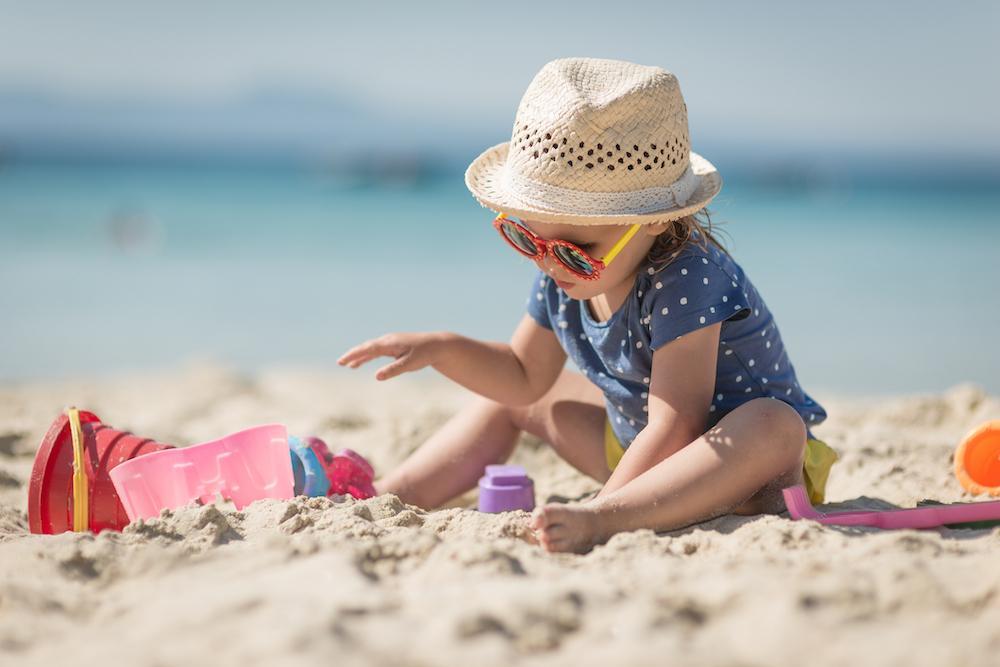 En solhatt är bra skydd under varma dagar.