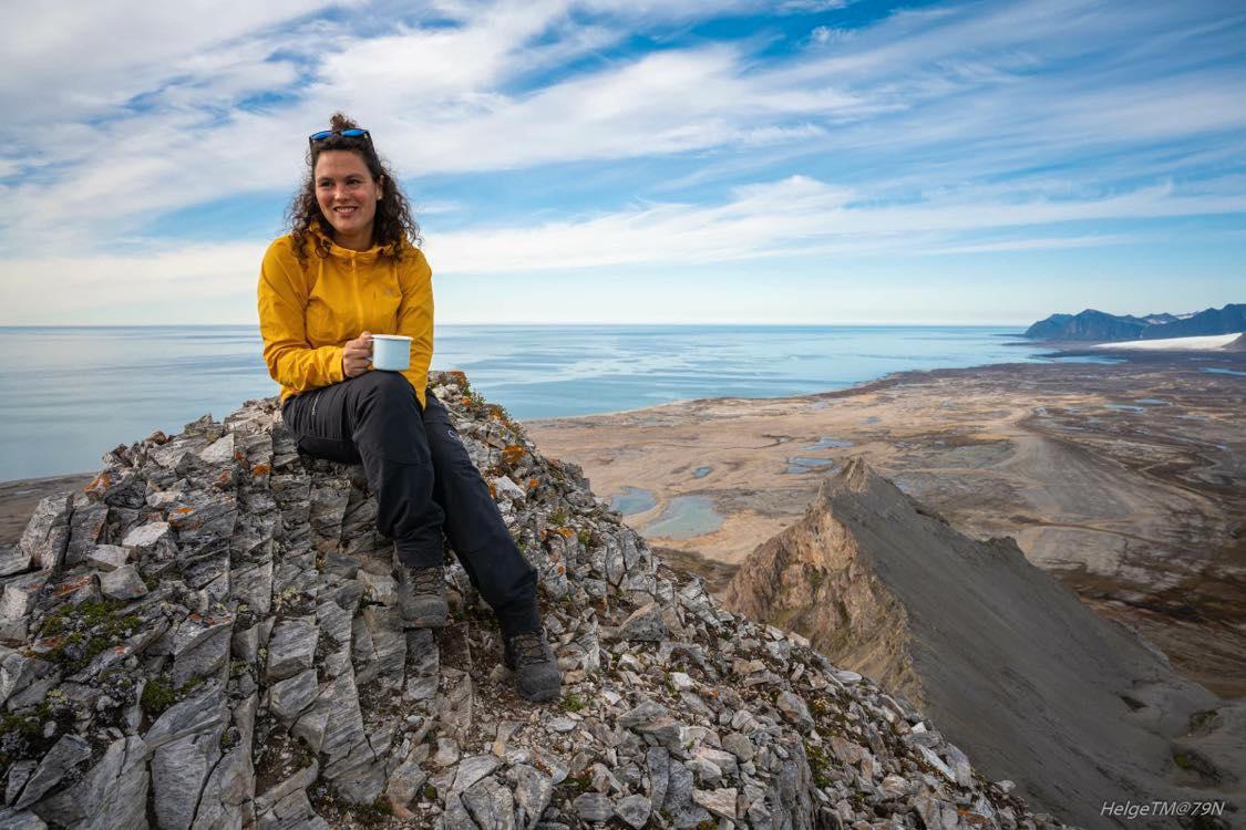 Evelina Nohr, 34, flyttade till den norska ögruppen mitt emellan Nordpolen och Norge för sex år sedan. Sedan dess bor hon i Longyearbyn med sin sambo och två bonusbarn.