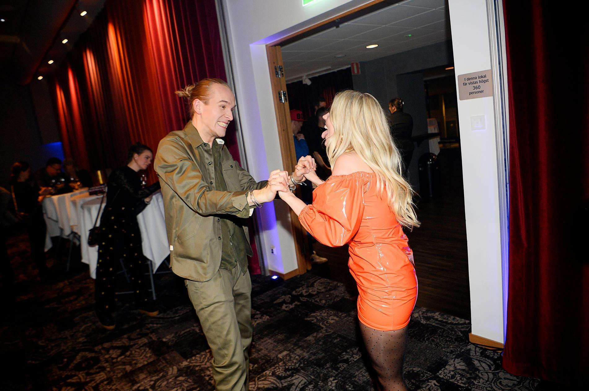 Ellen har undvikit fest och media – men dansade med duettpartnern efter succén.