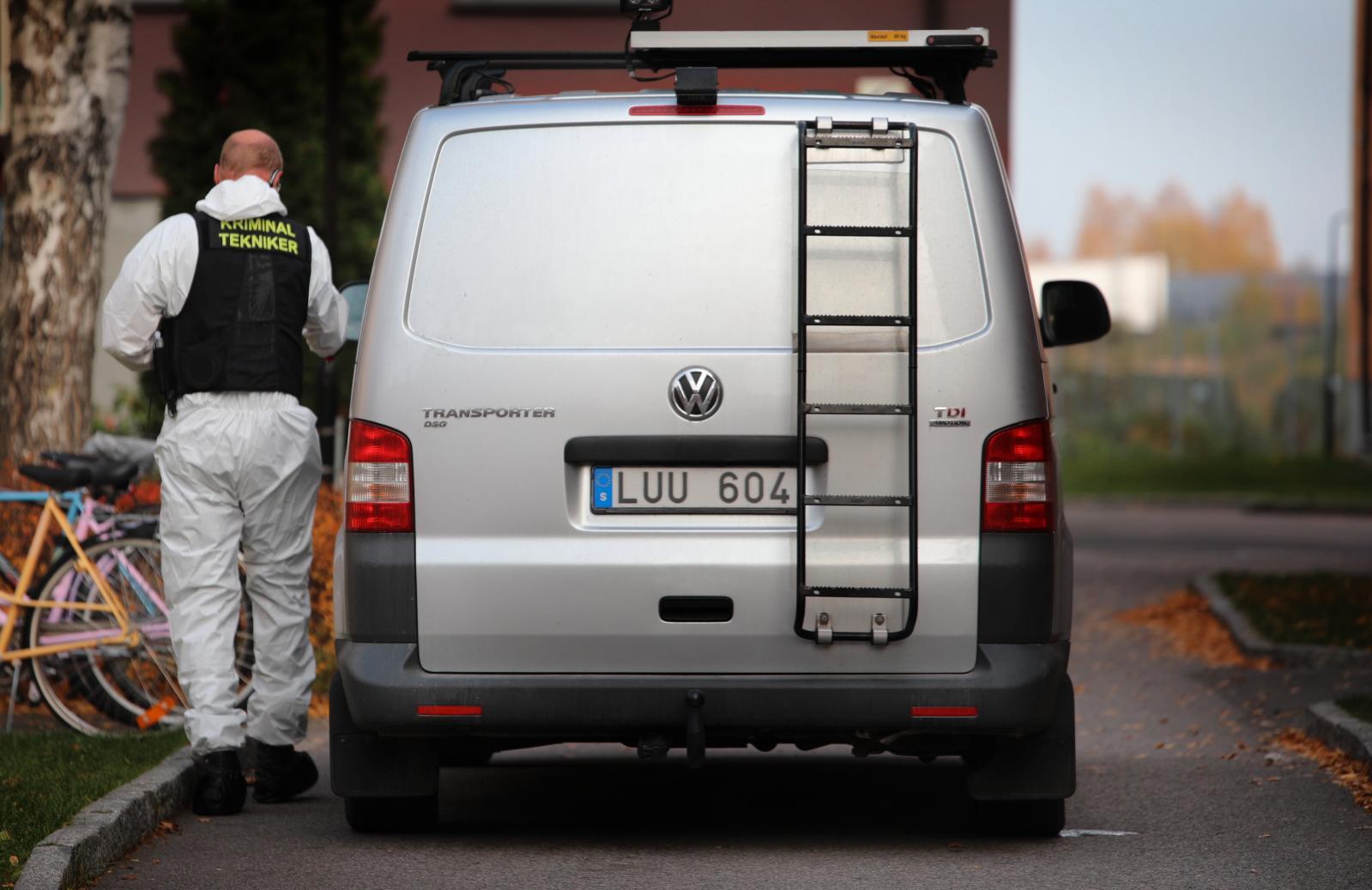 En kvinna har hittats död i en lägenhet i Gävle. En medelålders man greps i anslutning till brottsplatsen, misstänkt för mord.