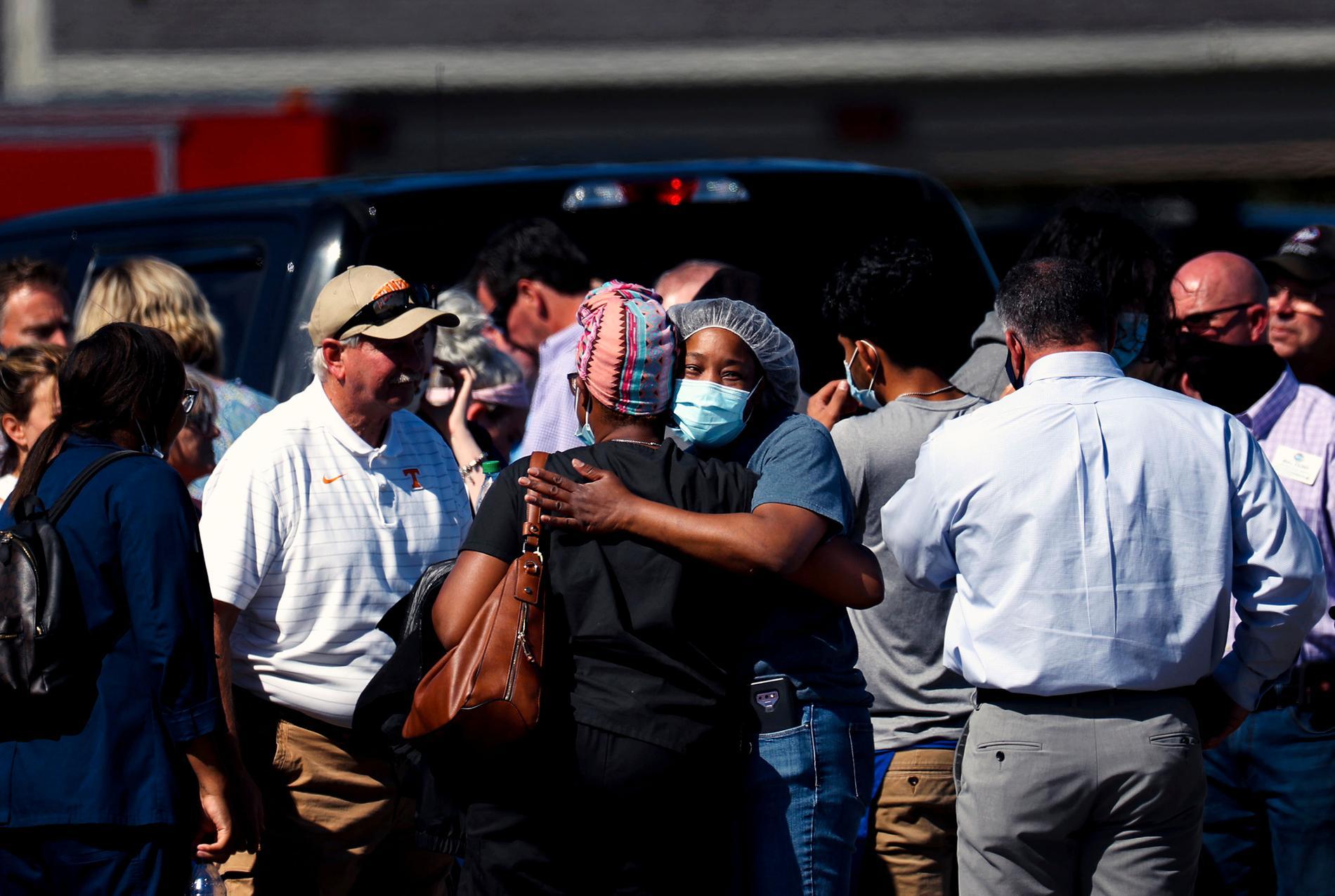 Människor omfamnar varandra utanför den Krogersbutik i Collierville, Tennessee, där en beväpnad gärningsman sköt ihjäl tretton personer innan han sköt sig själv.