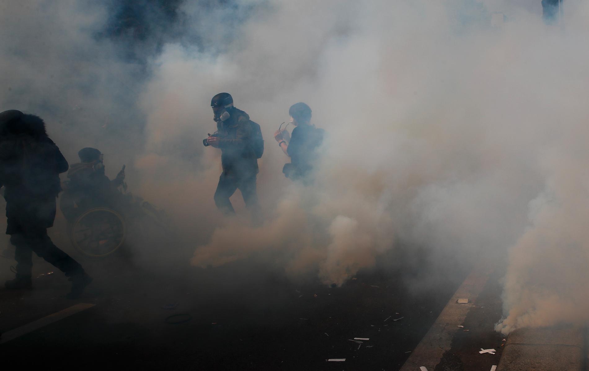 Demonstranter stormade ett sjukhus i Paris enligt den franska regeringen, men enligt proteströrelsen Gula västarna sökte de skydd från polisens tårgas. Arkivbild.