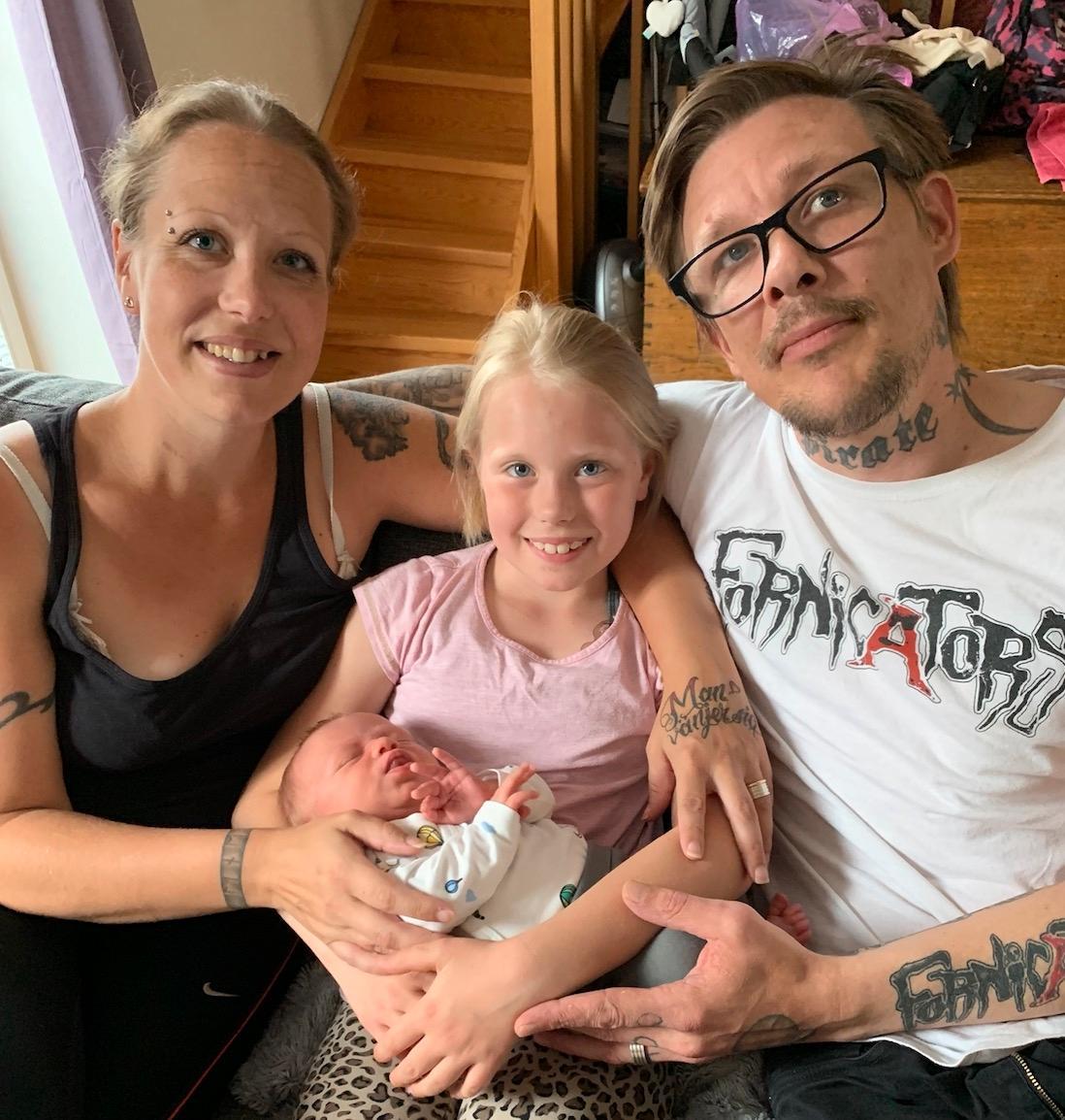 Tim och Pernilla med barnen.