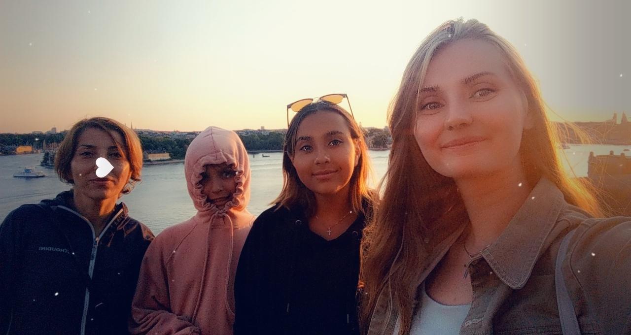 Ungdomsledaren Hanna Karlsson var ute på kvällsfika med mamman Loreto, och hennes tre döttrar Evangelina, Magdalena och Isabella.