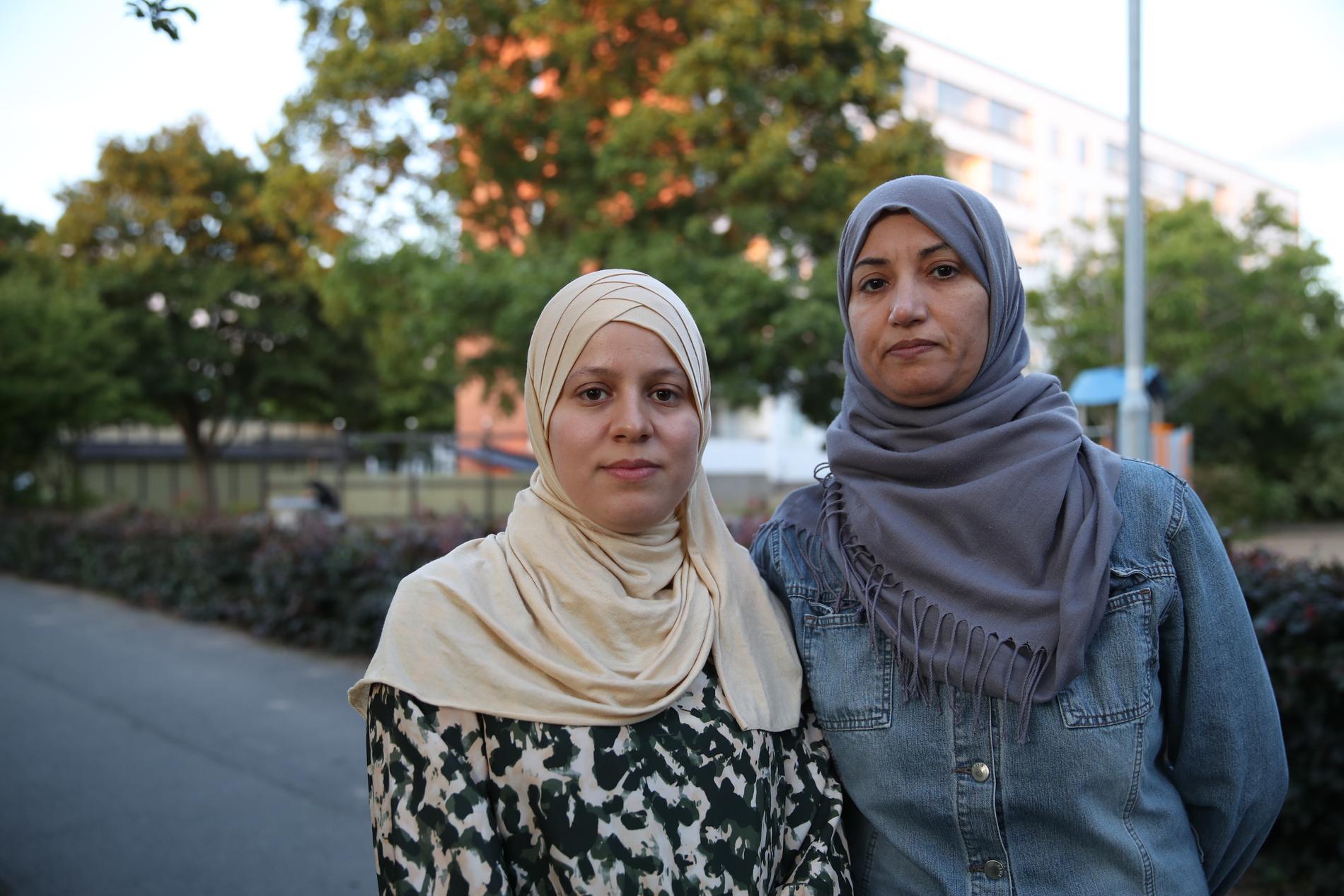 Mammorna Hillwa och Nora är oroliga för sina barns säkerhet.