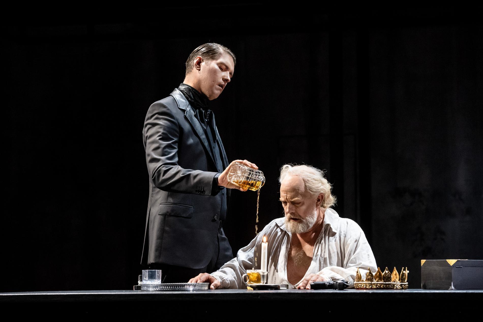 """Philip Björkqvist som Storinkvisitorn och Johan Schinkler som Filip II i Verdis """"Don Carlos"""" på Folkoperan."""