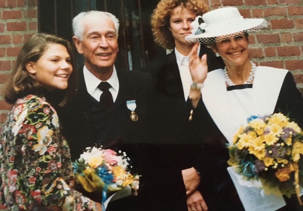 Carl-Gustaf Svingel fick en kungamedalj för sina insatser under Berlinmurens tid. Han hjälpte även en av drottning Silvias släktingar att komma ut ur DDR. I den nya boken berättar drottningen för första gången offentligt om sin östtyska familj. Bilden är från 1991 i Svenska kyrkan i Berlin då även den unga kronprinsessan Victoria deltog i besöket.
