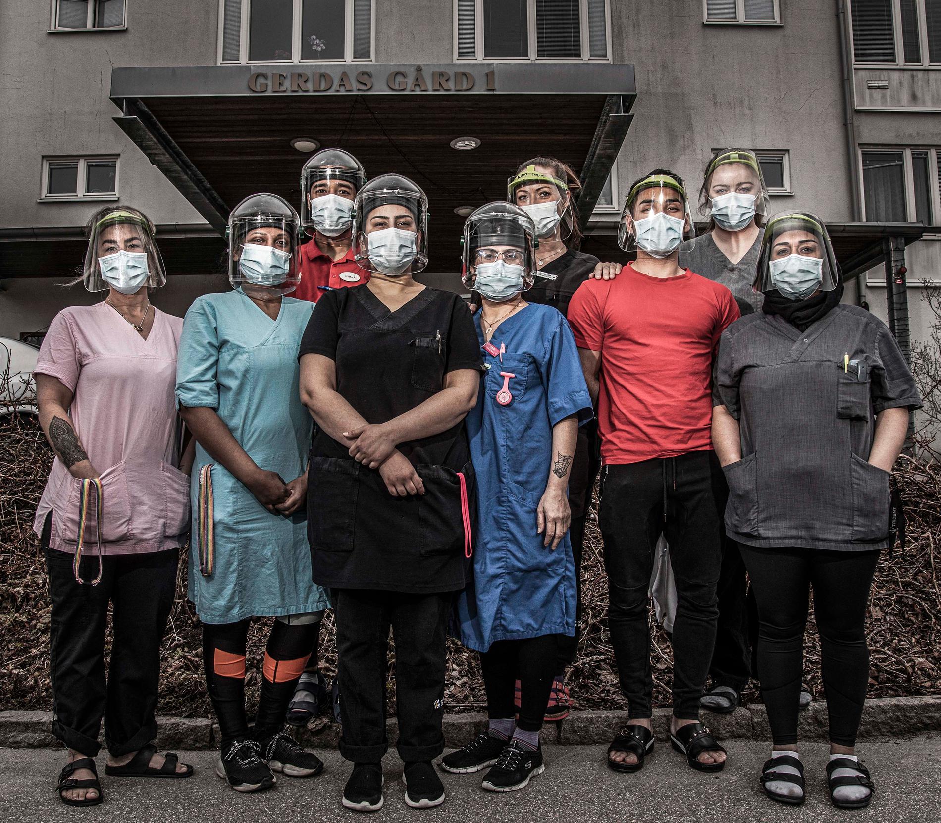 """Utställningen """"Vi som arbetar med våra kroppar"""" vill synliggöra människorna som utför arbetsuppgifter som är nödvändiga för att vårt samhälle ska fungera. Gruppbild från vård- och omsorgsboendet Gerdas gård i Göteborg."""